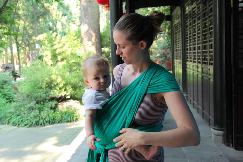 écharpe de portage LLA porter bébé sur le côté
