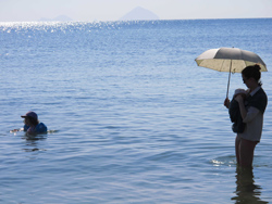 sling bébé porter par temps chaud été plage