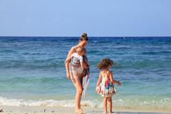 sling eau pour porter bébé à la plage