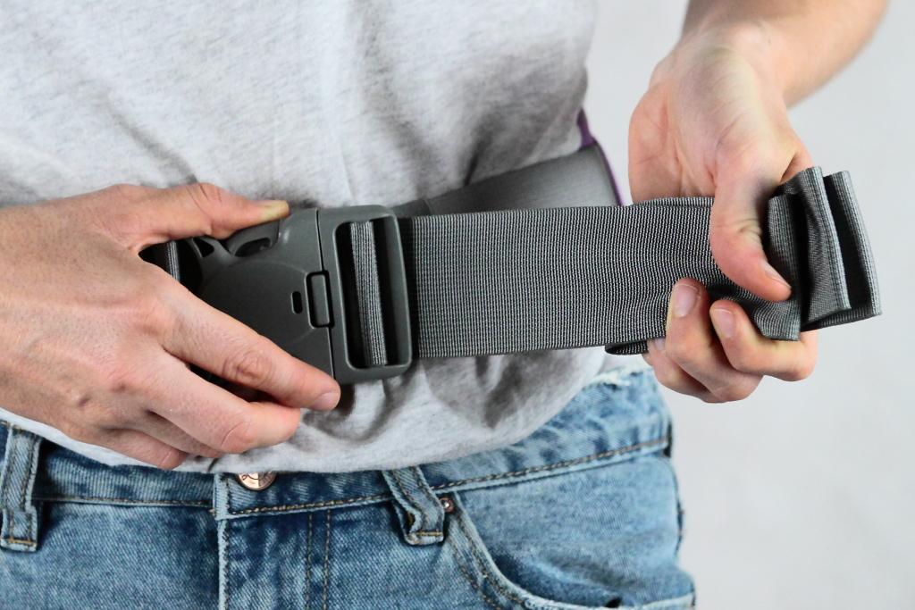 La ceinture abdominale avec sa boucle de fermeture sécurisée à 3 points.