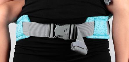 La ceinture abdominale et sa boucle de fermeture sécurisée à 3 points P4 LLA
